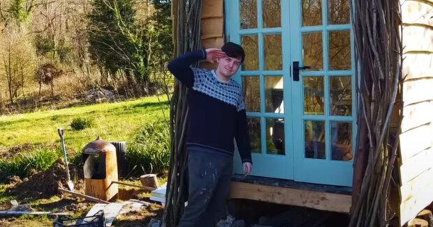Der Typ baute eine komfortable Hütte im Wald aus Holzabfällen, die für ihn zu einem vollwertigen Zuhause wurde